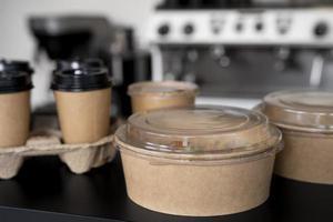 Vorderansicht verpacktes Essen zum Mitnehmen zubereitet foto
