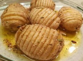 Osterbraten Kalbsröllchenfleisch mit Frühlingsgemüse und Fächerkartoffeln foto