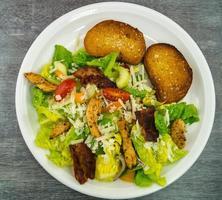 traditioneller Caesar-Salat mit gegrilltem Hähnchen foto