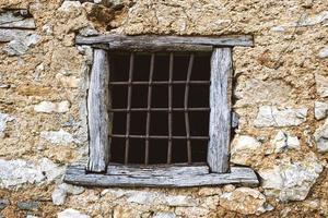 antikes Fenster an einem historischen Steinhaus foto