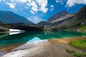 kleiner Hochgebirgssee mit durchsichtigem foto