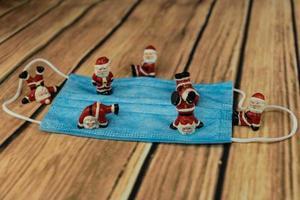 Weihnachtsmann und Corona-Reagenzglas foto