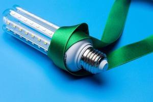 ökologische LED-Glühbirne, um Energie zu sparen foto