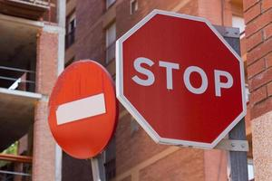 Verkehrszeichen in der Stadt foto
