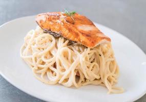 Spaghetti-Sahnesauce mit gegrilltem Lachs foto