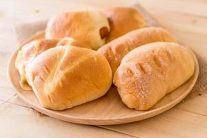 Brot in Holzplatte auf dem Tisch foto