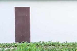 Tür mit leerem Wandhintergrund foto