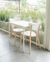 leerer Holzstuhl im Restaurant foto