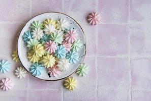 kleine bunte Baiser im Keramikteller foto