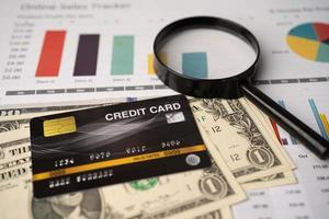 Kreditkartenmodell auf Dollar-Banknoten mit Diagramm foto