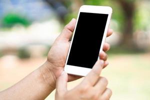 asiatische Frau, die Handy zur Kommunikation im Geschäft hält. foto