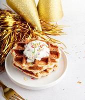 Geburtstagswaffeln mit Joghurt und bunten Streuseln foto