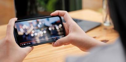 abgeschnittenes Bild der weiblichen Hand, die Smartphone hält holding foto