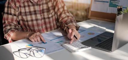 Frau Anlageberaterin Analyse Unternehmen Jahresfinanzbericht foto