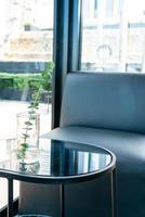 Pflanze in Vasendekoration auf Tisch im Wohnzimmer living foto