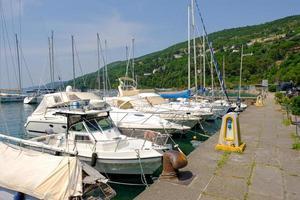 Sommer Blick auf den Yachthafen von Triest, Adria. foto