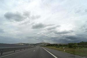 Landschaft mit Blick auf die Autobahn Tavrida auf der Krim foto