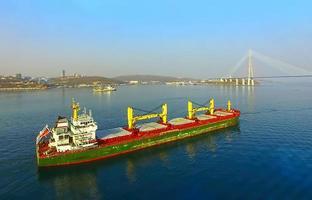 Schiffe auf dem Hintergrund der russischen Brücke. foto