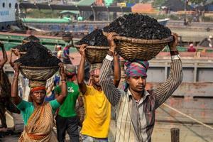Amen Bazar, Dhaka, Bangladesch, 2018 - Männer und Frauen, die hart arbeiten, um Geld zu verdienen. foto
