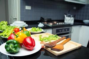 asiatische frau junge mutter mit sohn junge kocht salat foto