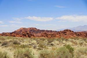 bunte Felsen auf einer einsamen Berglandschaft foto