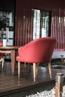 roter Stuhl und Tisch im Café - Vintage-Effektfilter foto