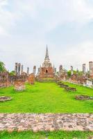 schöne alte architektur historisch von ayutthaya in thailand - steigern sie den farbverarbeitungsstil foto