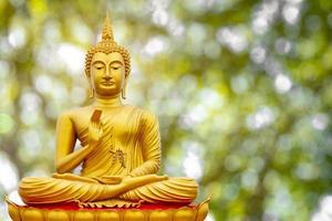 goldenes Buddha-Bild unter dem Bodhi-Blatt, natürlicher Hintergrund foto