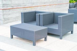 Außenterrasse mit Stuhl und Tisch foto