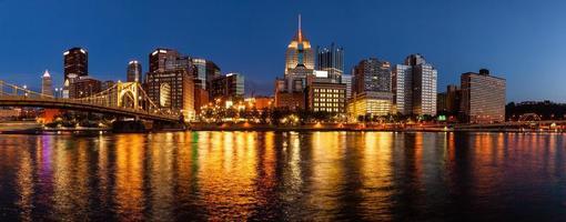 die Skyline von Pittsburgh und der Allegheny River foto