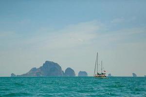 tropische Inseln und Segelboote foto