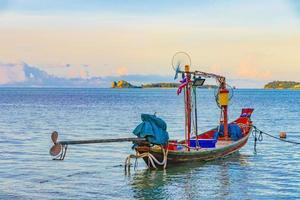 Longtail-Boote von Fischern am Strand Koh Samui Thailand. foto