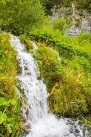 Nationalpark Plitvicer Seen Wasserfall fließt über Steine Kroatien. foto