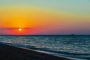 der schönste bunte sonnenuntergang am strand von ialysos rhodos griechenland. foto