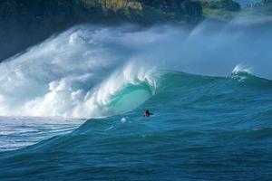 Surfer in massiven Wellen foto