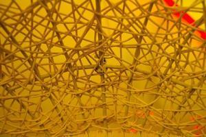 Textur des Plastikrattanstrohstuhls auf farbigem Hintergrund foto
