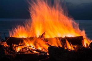 Lagerfeuer in der Dämmerung am Strand foto