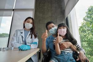 asiatisches Mädchen und Vater, die ein selfie impfen lassen. foto