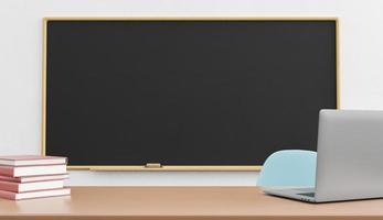 Tafel und Laptop auf dem Lehrertisch foto