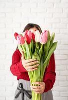 Floristin macht einen Strauß frischer bunter Tulpen foto