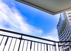 Hochhaus und Blick auf den blauen Himmel vom Balkon foto