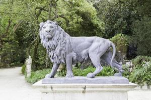 Löwenstatue in einem Garten foto