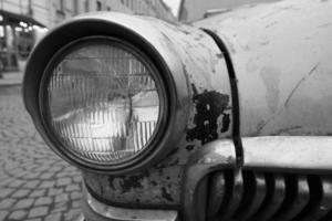 Weitwinkelansicht eines alten sowjetischen Oldtimer-Muscle-Car-Scheinwerfers foto
