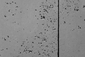 dunkle Graphitfassadenwand mit rauer, verwitterter, strukturierter Oberfläche foto
