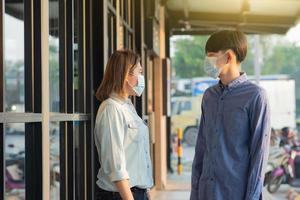 Asiaten tragen medizinische Maske foto
