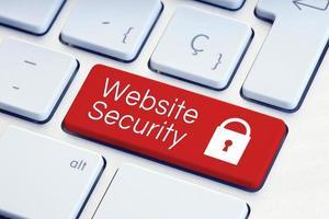 Website-Sicherheitswort und Vorhängeschloss-Symbol auf roter Computertastatur foto