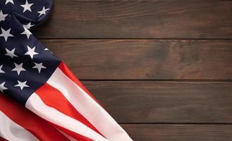 amerikanische Flagge auf rustikaler Holztischplatte mit Kopienraum. Ansicht von oben foto