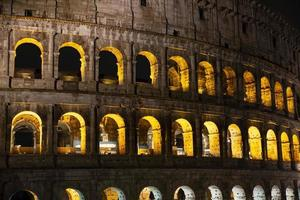Detail des Kolosseums in Rom, Nachtfoto foto