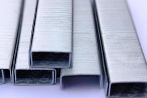 Nahaufnahme Heftklammern auf weißem Papierhintergrund foto