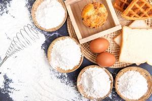 Mehl und Eier für Backzutaten foto